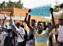 قتيلان وإصابات في تواصل الاحتجاجات بالسودان