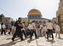المعتكفون بالأقصى يتصدون للمستوطنين وشرطة الاحتلال
